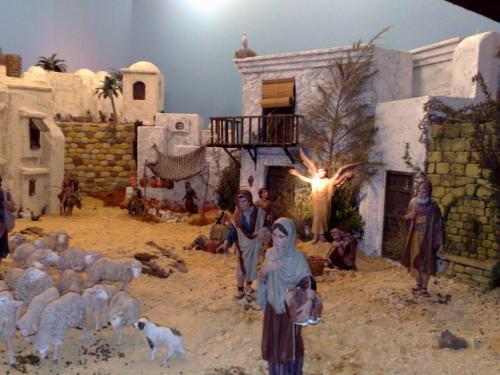 Imagen mostrando una calle del poblado de Belén. Jesus y María se dirigen al pesebre con Alegría, Alegría Alegría.
