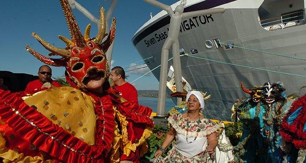 Vejigante en Carnaval al lado de un crucero