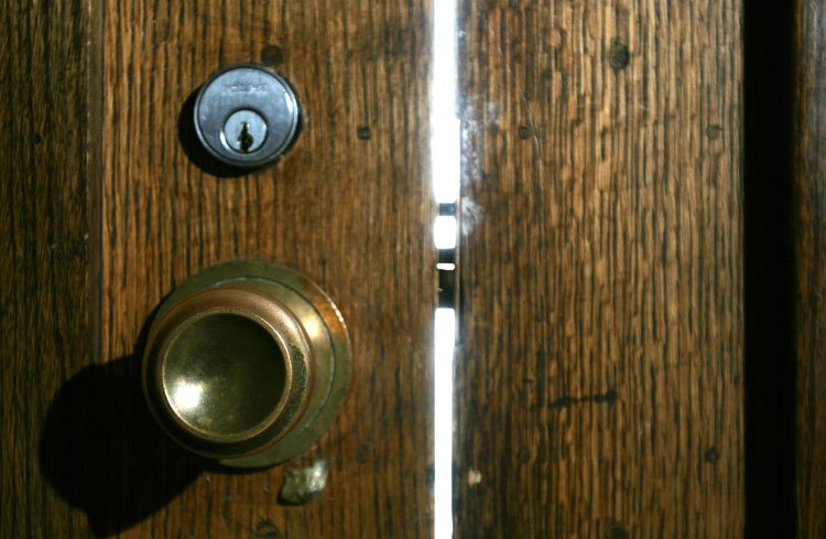 Ábreme la puerta, que dirá la gente que esto es un desaire