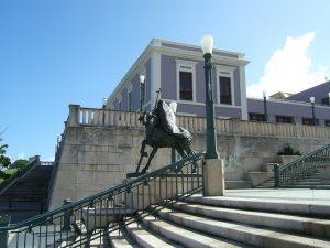 Estatua de cordero en la Plaza del V Centenario
