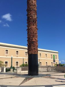 Totem Telúrico en la Plaza del V Centenario
