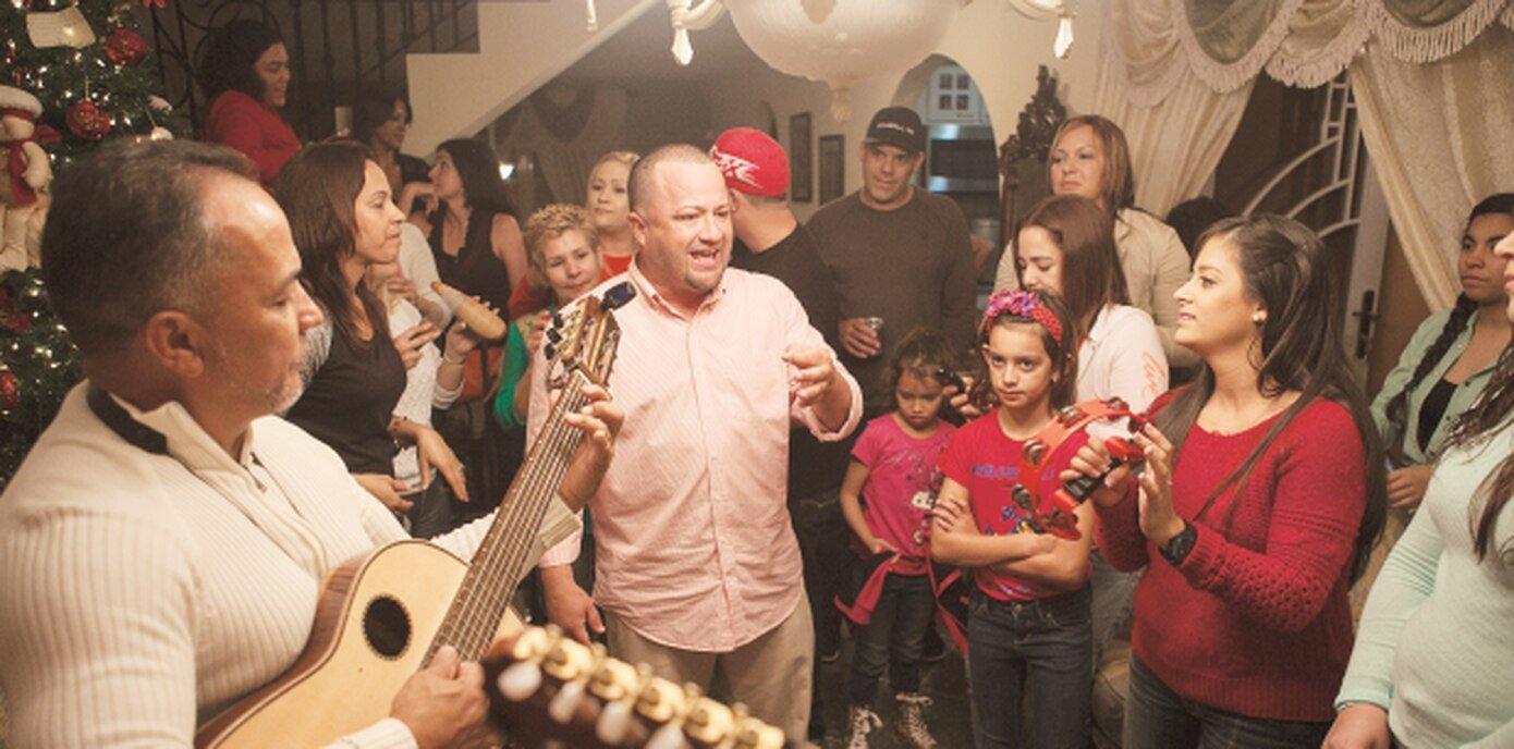 Grupo de músicos llevando una parranda a una casa