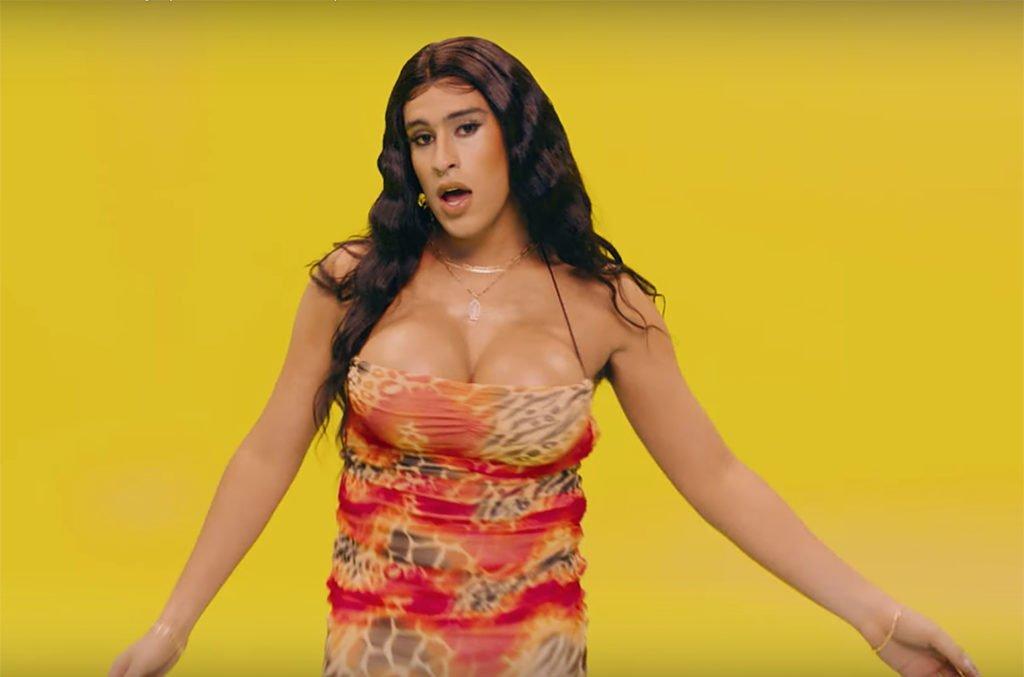 Bad Bunny vestido de travesti representando a una mujer que baila perreo sola